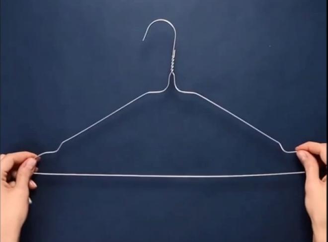 Egy drótvállfából 5 perc alatt csodás ajtódíszt csinált! (+videó)
