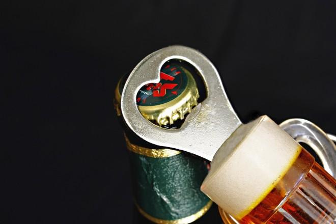 Nyolc kreatív megoldás a sörnyitó nélküli sörnyitásra - VIDEÓVAL!
