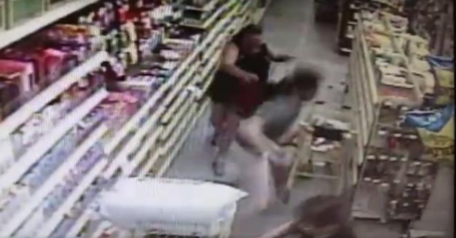 Hősiesen védte meg az édesanya 13 éves lányát egy emberrabló támadásától - VIDEÓ