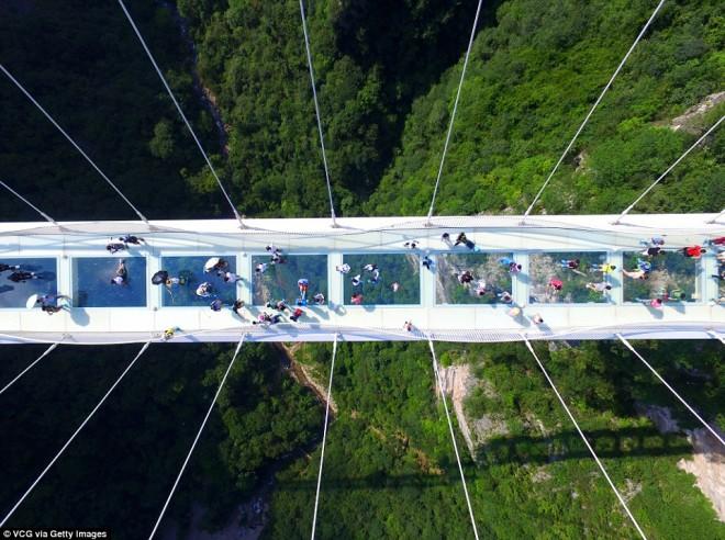 Üveghíd 300 méter magasan - tériszonyosok ezt ne nézzék meg!